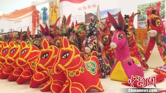 甘肃庆阳市在深圳举办的招商引资项目推介会,设立了庆阳民俗产品和特色农产品展区。 侯志雄 摄