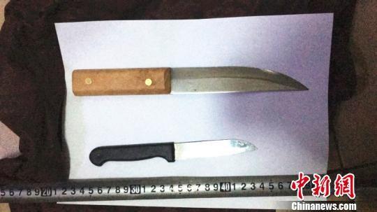 图为犯罪嫌疑人挟持人质所用的刀子。 樊奕昕 摄
