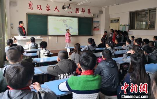 图为兰州一小学学生正在上课。(资料图) 刘玉桃 摄
