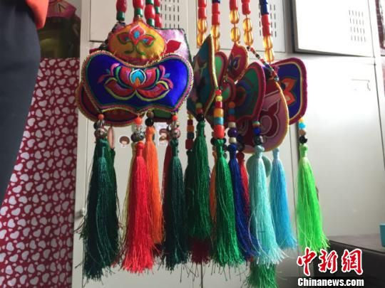 闲暇之余,妥彩霞时常将自己绣好的裕固族头面、荷包以及其他手工艺拿出来向周围的汉族朋友们展示。 郭蓉 摄