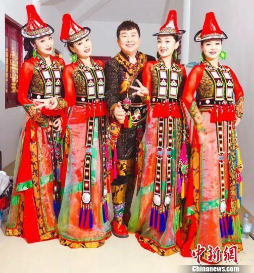 作为组合中唯一的男性,萨尔带领着同样来自老家甘肃张掖市肃南裕固族自治县的四个表妹,13年来将裕固族传统的原生态民歌改编创新之后,以唱跳的形式搬上舞台。 郭蓉 摄