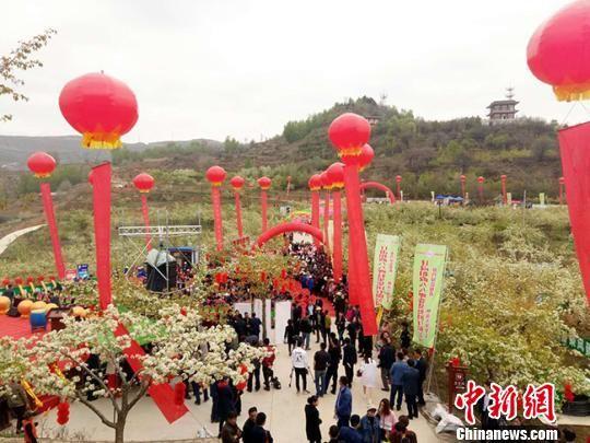 4月25日,第三届高原梨花旅游节开幕式在甘肃省临夏回族自治州和政县举行。 闫姣 摄
