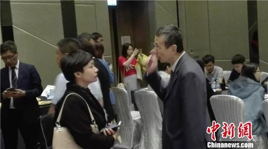 图为甘肃省旅游展团与香港旅行商洽谈。甘肃省旅发委供图