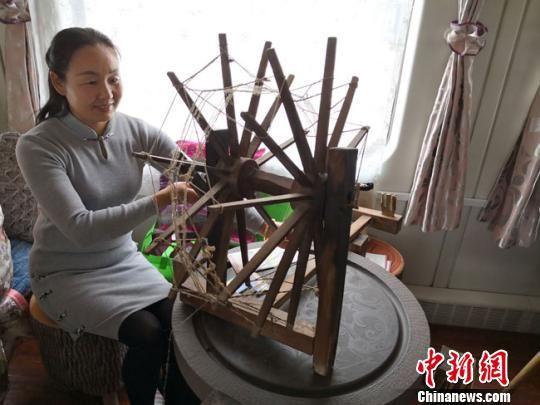 图为甘肃艺人在列车上展示纺织。 丁思 摄