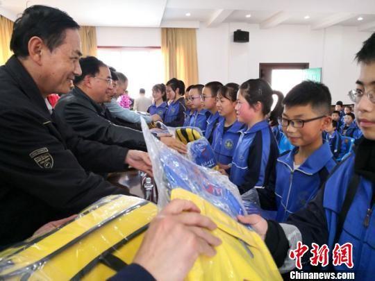 """4月25日,""""恒基金""""在甘谷县第三中学捐赠书法爱心书包和文房四宝。 殷春永 摄"""