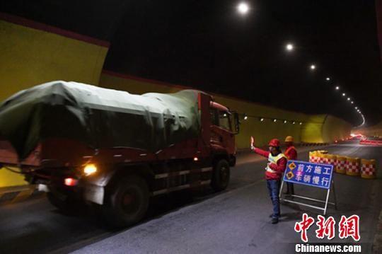 4月4日,甘肃折达公路考勒隧道内实行半幅通过。(资料图) 杨艳敏 摄