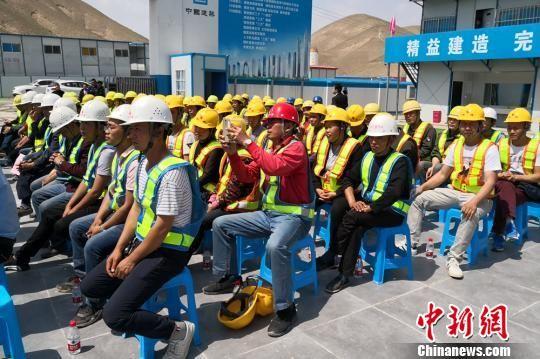 图为企业员工和建筑一线的农民工听劳模代表演讲。 刘玉桃 摄