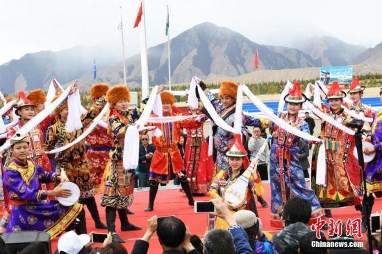 赛马会上表演民族舞蹈。武雪峰 摄