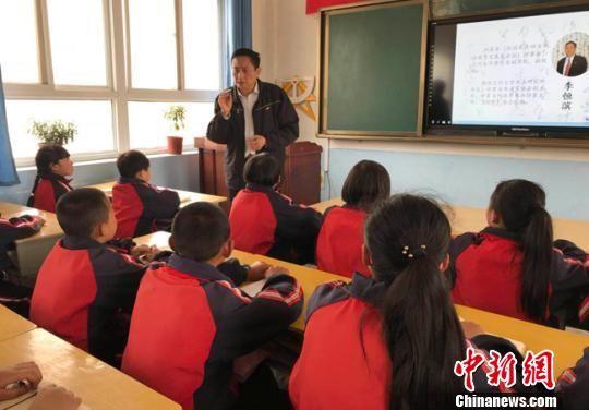 4月26日,兰州大学书法研究所所长、甘肃省书法家协会副主席李恒滨为甘谷当地学生讲授书法知识。(资料图) 艾庆龙 摄