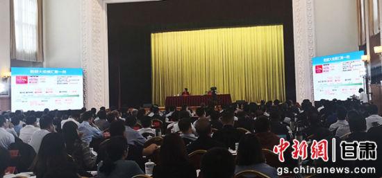 """5月3日,甘肃省委理论中心组举行专题学习会,邀请中国科学院院士、北京理工大学副校长梅宏把脉当下""""大数据""""数字经济技术与应用,谋划用信息化引领甘肃经济社会创新发展。崔琳 摄"""