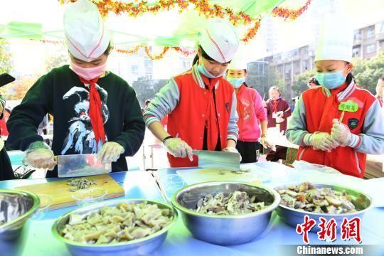 """兰州市东郊学校12个班的""""小学生大厨""""在操场上现场制作校园美食。(资料图) 杨艳敏 摄"""