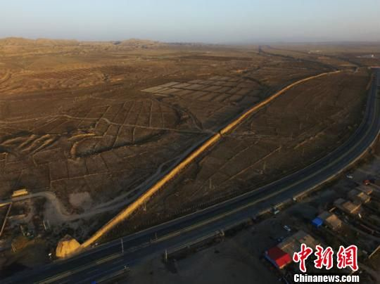 图为空中俯瞰甘肃山丹县境内明长城。 杨艳敏 摄