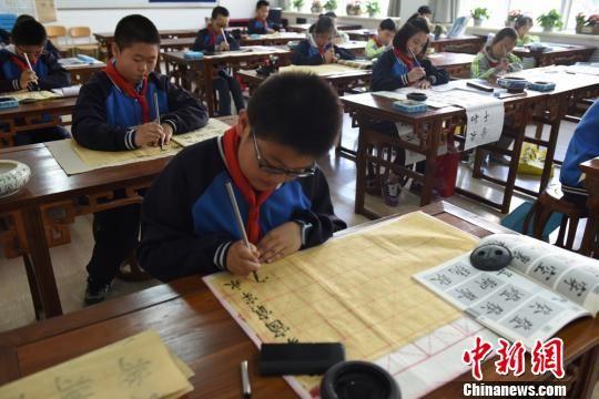 图为学生们在练习书法。 王涛 摄