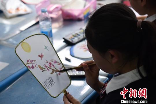 兰州市城关区社区学校少年宫共开设项目活动944项。 王涛 摄