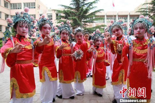 图为兰州一小学同学进行节日表演。(资料图) 刘玉桃 摄