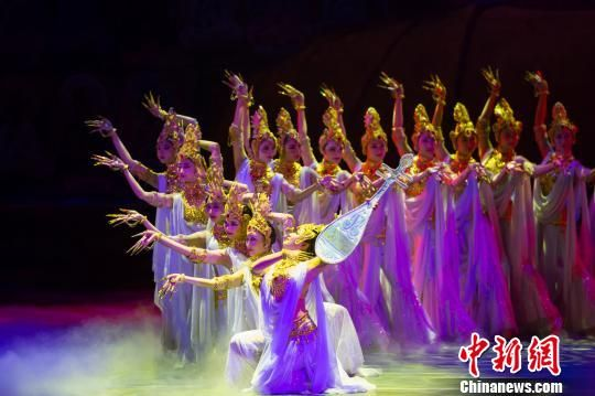 2014年12月9日晚,中国经典民族舞剧《丝路花雨》首度亮相贵州贵阳,图为演出的精彩场景。(资料图) 吴俊怡 摄