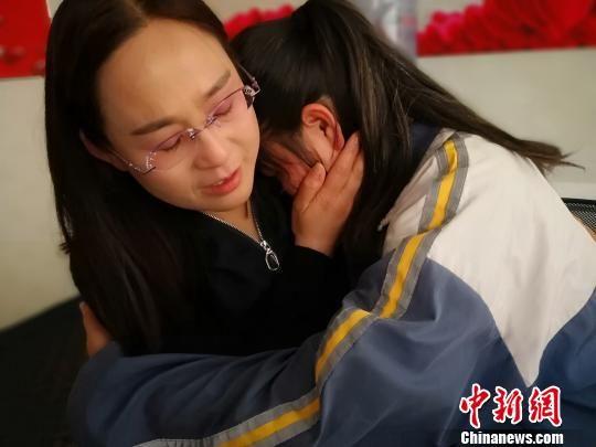 图为柳文涛看完兰兰给她写的信后,紧紧将兰兰拥入怀中。 魏建军 摄