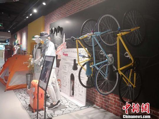 图为户外运动装备展示。 刘薛梅 摄
