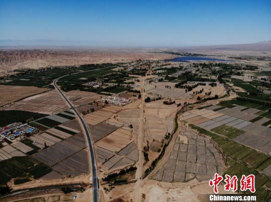 截至2017年底,山丹县城市绿地总面积达到232.76公顷,净增66.75公顷;建成区绿地率达到30.03%,净增8.63%;建成区绿化覆盖率达到36.7%,净增9%;人均公园绿地面积达到10.65平方米,净增3.61平方米。 杨艳敏 摄