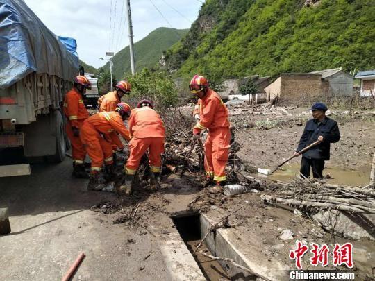 图为消防在岷县受灾现场开展清淤救援工作。 钟欣 摄