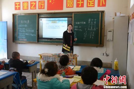 """图为""""90后""""教师李玲玲利用新教具上课。 李文 摄"""