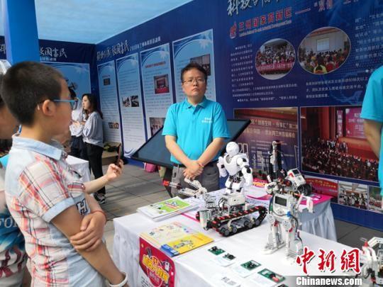 图为小学生参观机器人展区。 杨娜 摄
