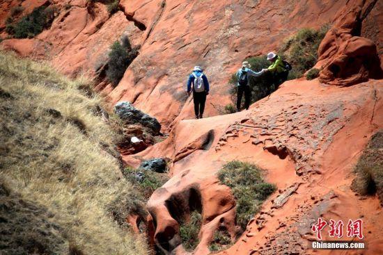户外运动爱好者体验地质奇观。