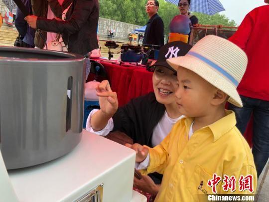 图为小朋友在家长的带领下参观科技成果展示。 姜尧 摄