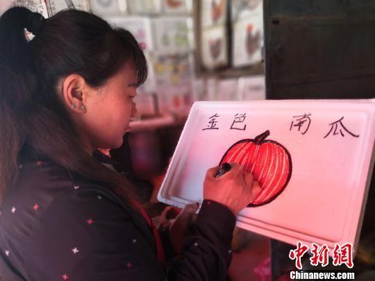图为胡二玲正在绘画。 杨娜 摄