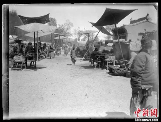 图为法国人努埃特拍摄于清末(1908年)的照片,记录了一个多世纪前敦煌当地民众在浴佛节举办庙会,欢庆佛诞日的情景。 敦煌研究院 供图