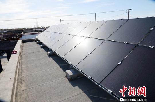 """""""屋顶存折""""是指安装在屋顶的3KW分布式光伏发电系统。(资料图) 柴荣 摄"""