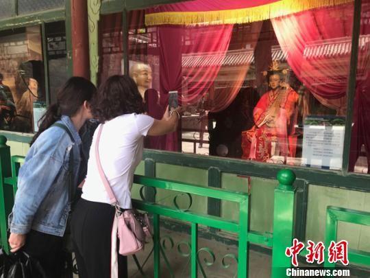 """5月23日,游客正在给""""乌孙公主""""拍照。 艾庆龙 摄"""