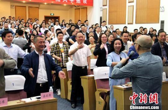 北京大学社会学博士、零点研究咨询集团董事长袁岳与听众现场互动。 刘瑛 摄