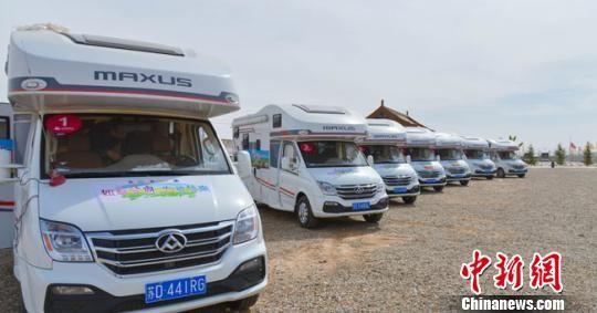 丝绸之路在甘肃东西绵延1600多公里,地貌景观风格迥异,适合布局发展自驾、房车和低空游。房车自驾游在甘肃日渐升温。 钟欣 摄