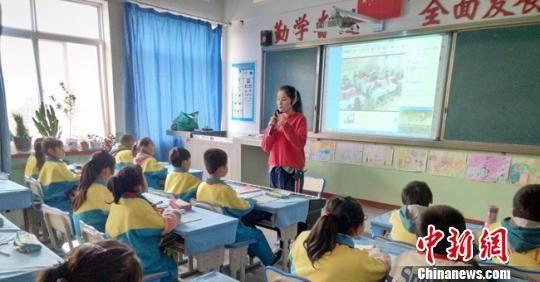 近年来,临洮县围绕教育扶贫,盘活教育资源,在学校现有电子白板的基础上,利用沪江CCtalk软件,建设互动同步课堂。 刘婷婷 摄