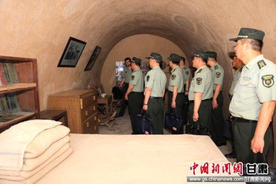 图为在杨家岭革命旧址参观革命先辈住过的窑洞。万华锋 摄