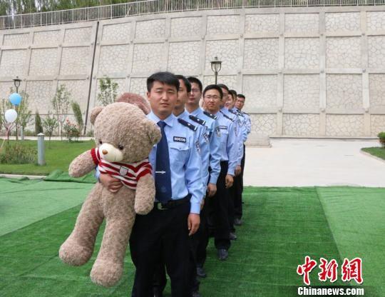 """6月1日,""""相约警营・与爱同行""""集体婚礼在民航甘肃机场公安局举行。 毛思程 摄"""