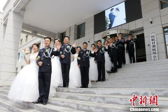图为集体婚礼现场。 毛思程 摄