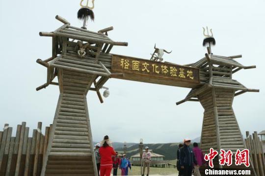 6月2日,甘肃肃南裕固族自治县康乐镇,中华裕固风情走廊日前正式重新开放。 郭蓉 摄