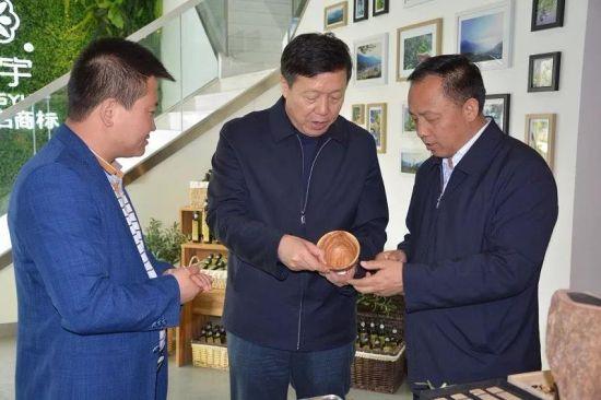 送体验机无需申请省国税局党组书记、局长杨勇(中)深入祥宇公司调研,了解油橄榄系列产品生产加工情况。