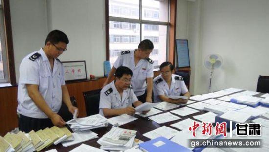 图为税务人员调帐检查。
