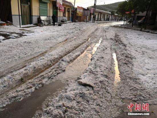送体验机无需申请定西市通渭县遭遇冰雹天气。 何龙 摄