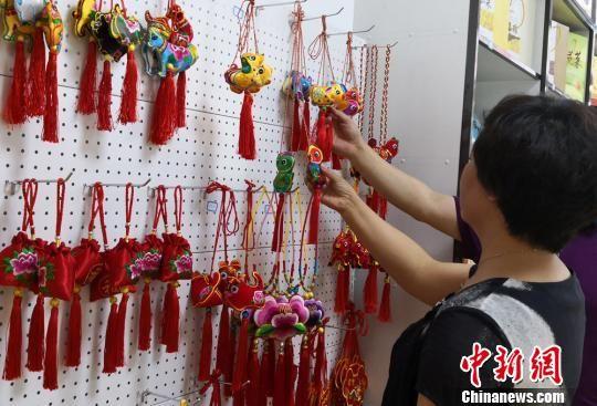 图为经销店内出售的乡村手工艺人制作的香包。 刘玉桃 摄