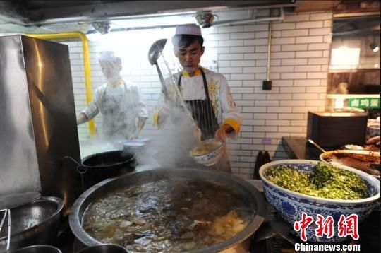 兰州牛肉拉面是兰州市最具代表性的传统美食,发展至今已有一百余年历史。(资料图) 杨艳敏 摄