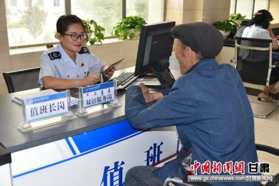 图为肃北县国税局办税大厅双语服务窗口。通讯员 唐雪艳 摄
