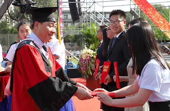 张俊宗为获得2018届就业创业之星的封敏等6名优秀毕业生、西藏新疆选调生团队等7个团队颁奖