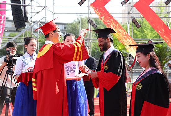 刘仲奎为博士毕业生、硕士毕业生、本科毕业生代表及留学生代表授予学位