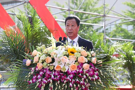 张生勇主持毕业典礼。