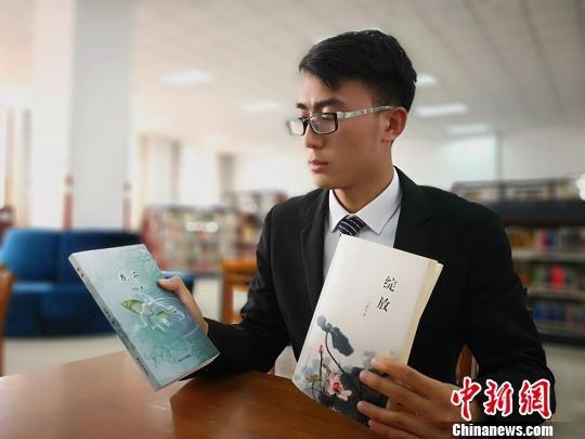 6月13日,兰州财经大学金融系大四学生王满全介绍他写的两本散文《绽放》和《感染》。 魏建军 摄
