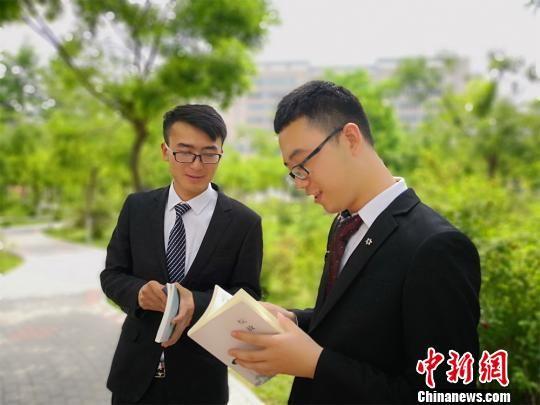"""图为王满全和舍友张越讨论""""青春那点事""""。 魏建军 摄"""